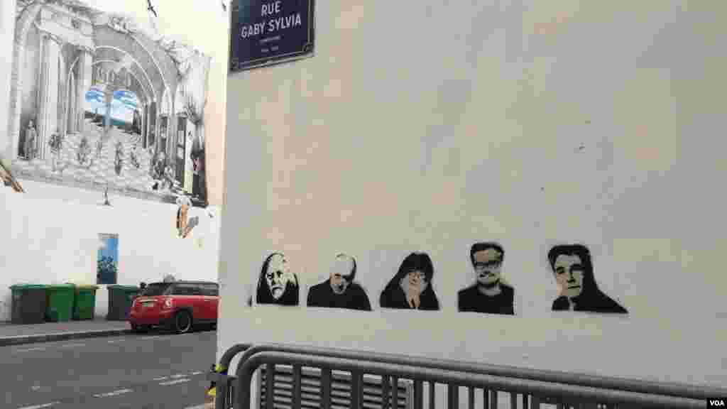 عکس پلاک های نصب شده در پارس به یاد حملات تروریستی ژانویه به دفتر نشریه شارلی ابدو. یکسال پیش، وقتی این نشریه، کاریکاتوری از رهبر داعش کشید، مورد حمله مهاجمانی قرارگرفت که فریاد الله اکبر می زدند. در این تیراندازی ۱۲ نفر کشته و ۱۰ نفر زخمی شدند.