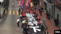 香港人示威要求要求律政司司长郑若骅下台(2018年2月11日,美国之音海彦拍摄)