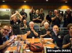 Các thành viên của đội chuyên viên New Horizons vui mừng khi nhìn thấy hình ảnh Diêm Vương Tinh mới nhất và rõ nét nhất trước lần tiếp cận sát nhất sau đó trong ngày, 14/7/2015, Phòng Thí nghiệm Vật lý Ứng dụng Đại học Johns Hopkins.
