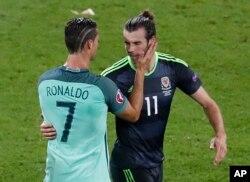 Cristiano Ronaldo réconforte le Gallois Gareth Bale lors d'un match de l'Euro 2016.
