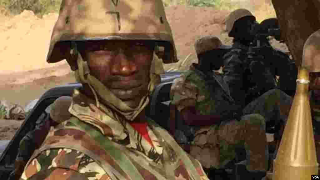 Des soldats nigériens à bord d'un véhicule à Diffa