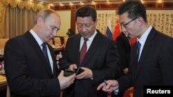 Владимир Путин (слева) и Си Цзиньпин (в центре)