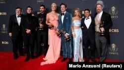 """Les acteurs Jeremy Swift, Phil Dunster, Brett Goldstein, Hannah Waddingham, Jason Sudeikis, Juno Temple, Nick Mohammed et Brendan Hunt, membres de la distribution de """"Ted Lasso"""", posent pour une photo ensemble au 73e Primetime Emmy Awards à Los Angeles, 19 septembre 2021."""