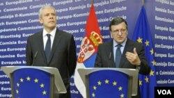 Presiden Serbia Boris Tadic (kiri) dan Presiden Komisi Eropa Jose Manuel Barroso. Barroso memuji Serbia dalam pertemuan UE di Brussels (28/2).