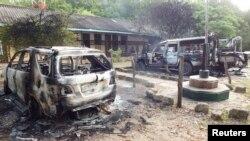 Những chiếc xe bị thiêu rụi bên ngoại đồn cảnh sát Mpeketoni sau khi những tay súng tấn công thị trấn duyên hải Mpeketoni của Kenya, 16/6/2014.
