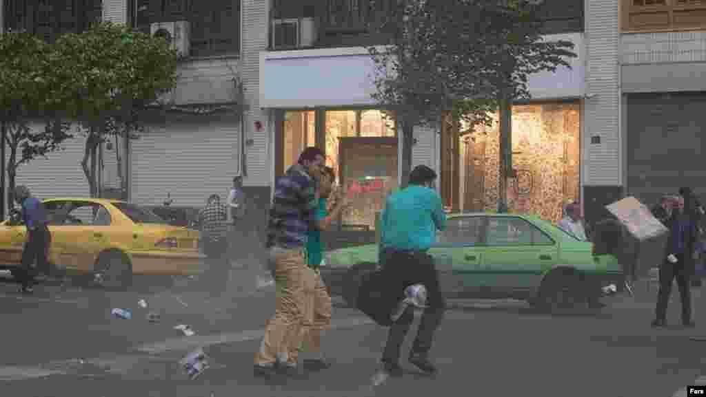 توفان با سرعت حدود ۵۰ کیلومتر در ساعت عصر دوشنبه در تهران، مردم را غافلگیر کرد. عکس: سهیل صحرانورد