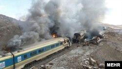 ایران میں دو مسافر ریل گاڑیاں ٹکرانے کے بعد ان میں آگ لگی ہوئی ہے۔ 25 نومبر 2016