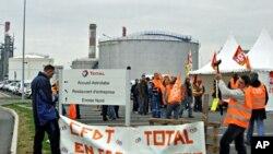 罢工者在一个炼油厂的入口处设立路障