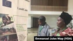 Deux ressortissants de la région de l'Est à la semaine foncière au Cameroun à Yaoundé, le 23 janvier 2019. (VOA/Emmanuel Jules Ntap)