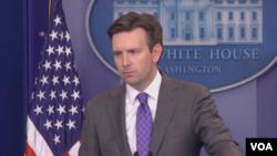 جاش ارنست سخنگوی کاخ سفید به نقل از برخی تحلیلگران گفت، فروش نفت نیاز مالی حدود نیمی از فعالیتهای داعش را تامین میکند.