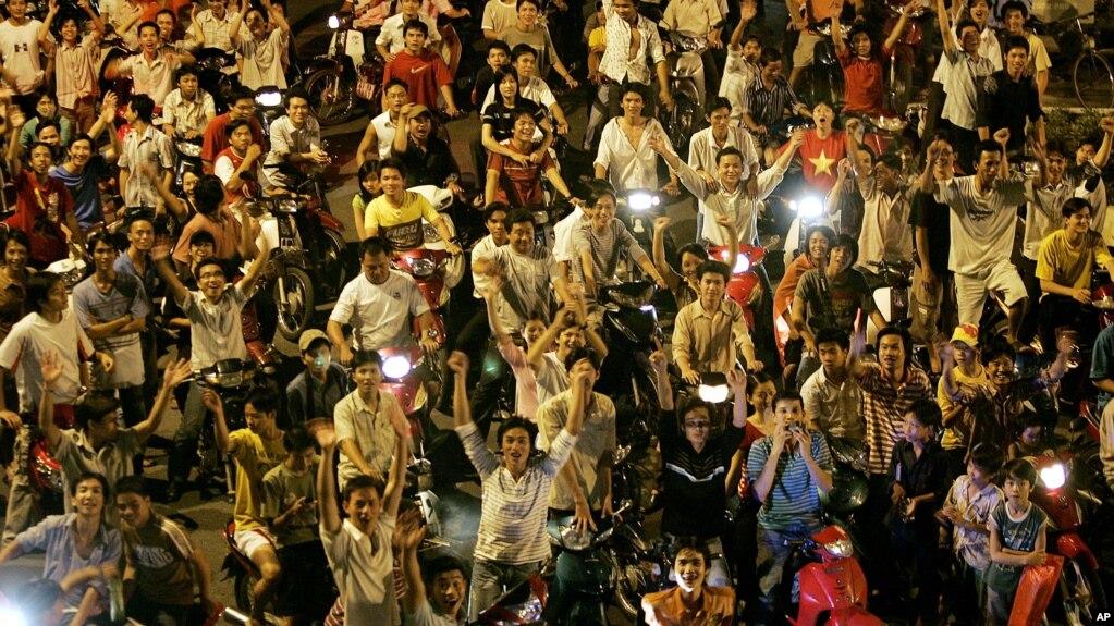 """""""Tự hào quá, Việt Nam ơi!"""" - niềm vui bóng đá đã được """"đồng hóa"""" với tinh thần dân tộc."""