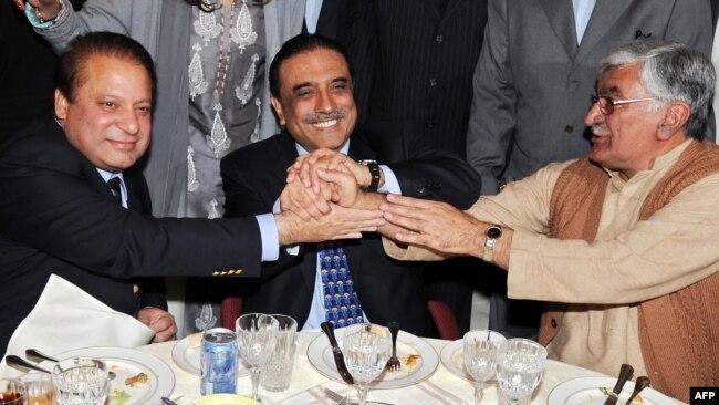 اے این پی کے سربراہ سابق وزیرِ اعظم نواز شریف اور سابق صدر آصف علی زرداری کے ساتھ (فائل فوٹو)