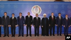 Para pemimpin dan perwakilan dari negara-negara anggota Organisasi Kerjasama Ekonomi 10 negara (ECO) berfoto bersama dalam KTT ECO-13 di Islamabad, Pakistan, Rabu, 1 Maret, 2017. (Associated Press of Pakistan via AP)