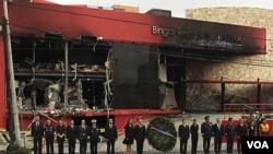 Presiden Meksiko Felipe Calderon menghadiri upacara menghormati korban tewas serangan atas Casino Royale di kota Monterrey, Meksiko utara (26/8).