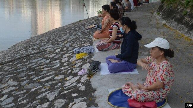 Hình ảnh người Việt Nam tu luyện Pháp Luân Công ven một bờ hồ ở Hà Nội năm 2017.