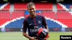 Neymar avec son maillot du Paris Saint-Germain lors de sa présentation au public le 4 août 2017