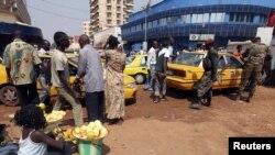 Tentara pemerintah Republik Afrika Tengah melakukan pemeriksaan di sebuah stasion taksi di Bangui, Senin (31/12).