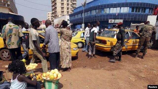 Tentara C.A.R berjalan di dekat sebuah pangkalan taxi di Bangui, 31 Desember 2012. Warga setempat merayakan tahun baru dengan rasa cemas ditengah ketegangan antara pemerintah dan pemberontak yang mengancam akan menyerbu ibukota Bangui (Reuters)