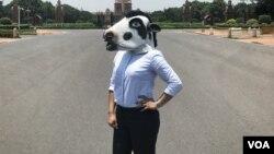 گائے کے ماسک میں ایک خاتون