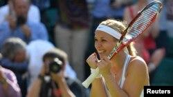 Sabine Lisicki dari Jerman merayakan kemenangannya atas petenis Polandia Agnieszka Radwanska pada semifinal Wimbledon 2013 (4/7). (Reuters/Toby Melville)
