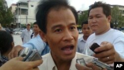 Labor leader Chea Mony drops murder complaint of his bother Chea Vichea.