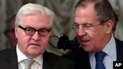 2014年11月18日俄罗斯外长谢尔盖·拉夫罗夫(右)和德国外交部长弗兰克 - 瓦尔特·施泰因迈尔在俄罗斯莫斯科会谈