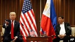 13일 필리핀 마닐라를 방문한 도널드 트럼프 미국 대통령(왼쪽)이 두테르테 로드리고 필리핀 대통령과 정상회담을 가졌다.