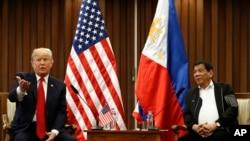 美国总统川普和菲律宾总统杜特尔特在东盟峰会间歇举行双边会晤。(2017年11月13日)