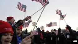 Đám đông vẫy cờ tại Quảng trường Quốc gia ở thủ đô Washington, ngày 21/1/2013.