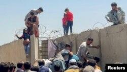 ქაბულის აეროპორტი დღეს, ავღანელთა ნაწილი ქვეყნის დატოვებას ცდილობს