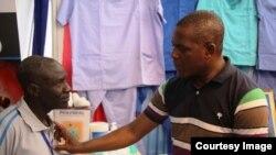 Dkt Bashir Nyangasa, bingwa wa upasuaji akimpima mgonjwa katika Taasisi ya Moyo ya Jakaya Kikwete
