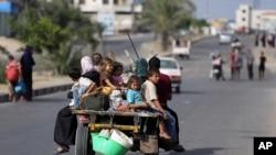 가자지구의 팔레스타인 주민들이 13일 이스라엘의 공습을 피해 대피하고 있다