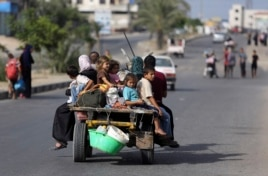 Palestinians flee their homes to take shelter at the United Nations school in Gaza City, July 13, 2014.