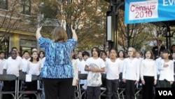 小学生镇中心表演合唱为2010年美国人口普查造势(美国之音杨晨拍摄)
