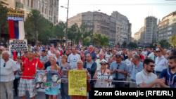 """Učesnici 31. protesnog okupljanja """"1 od 5 miliona"""", kod Terazijske česme u Beogradu, 6. jula 2019. (Foto: Zoran Glavonjić, RSE)"""