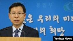 한국 통일부 김의도 대변인이 6일 3개 대북지원 민간단체의 지원물품 반출을 승인키로 했다고 밝히고 있다.