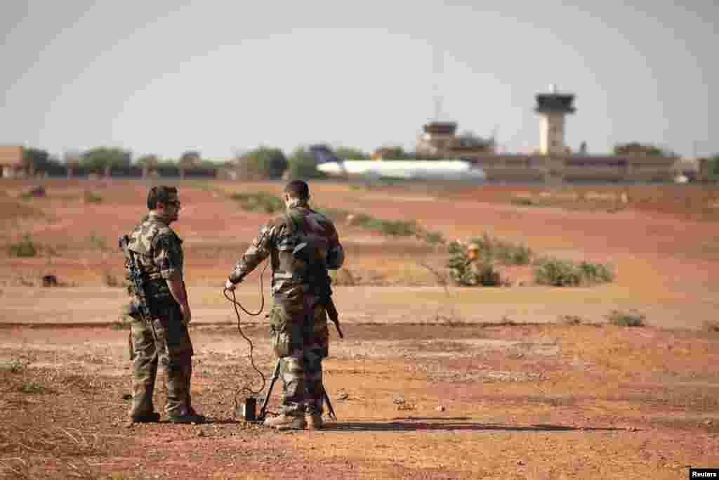Французькі солдати випробовують обладнання на базі у Бамако.