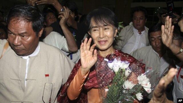 Pemimpin oposisi Burma, Aung San Suu Kyi berangkat untuk melakukan kunjungan ke New Delhi, India (12/11).