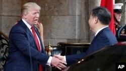 Prezidan Donald Trump bay lanmen ak Prezidan Chinwa a Xi Jinping avan yo chita pou yon dine nan Mar-a-Largo, jedi, 6 Avril 2017, nan rejyon Palm Beach, Florid. (Foto:AP/Alex Brandon)