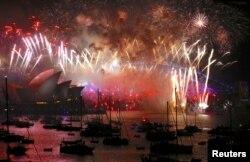 在悉尼标志性的海港大桥和歌剧院上空,烟火灿烂,礼花怒放,将近150万人聚集在一起观看。(2018年1月1日)