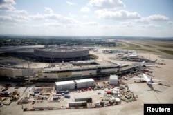 Pesawat di landasan pacu bandara Paris Charles de Gaulle di Roissy-en-France, Perancis, di tengah pandemi Covid-19, 25 Mei 2020.