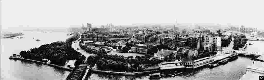 鸟瞰1973年的上海:外滩、黄浦江、浦东……1972年2月28日,两国政府在上海签署了联合外交公报《上海公报》 。《上海公报》成为后来四十多年里美中关系基础的一部分。在台湾问题上, 根据上海公报,中方重申:中华人民共和国政府是中国的唯一合法政府;台湾是中国的一省。(The Chinese side reaffirmed its position....the Government of the People's Republic of China is the sole legal government of China; Taiwan is a province of China...)。而美方声明:美国认识到,在台湾海峡两边的中国人都认为只有一个中国,台湾是中国的一部分。(The U.S. side declared: The United States acknowledges that all Chinese on either side of the Taiwan Strait maintain there is but one China and that Taiwan is a part of China...)