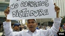 Los manifestantes expresan su desacuerdo con la decisión de la Asamblea Nacional de Venezuela de darle a Chávez el poder de gobernar por decreto.