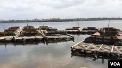 Penambangan pasir turut menyumbang kerusakan sungai. (foto: VOA/Nurhadi)