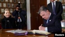 Khôi nguyên Nobel Hòa bình Tổng thống Colombia Juan Manuel Santos ký một giao thức tại Viện Nobel Na Uy, Oslo, Na Uy.