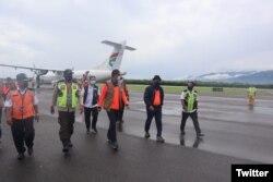 Kepala Badan Nasional Penanggulangan Bencana (BNPB) Letnan Jendral TNI Dr. (H.C.) Doni Monardo (tiga dari kiri) tiba di Bandar Udara Malibi untuk melakukan peninjauan banjir bandang di Kepulauan Alor, NTT, Rabu (7/4). (Foto: Twitter/BNPB)
