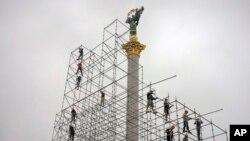 На фото: 2016-й рік, робітники на Майдані Незалежності у Києві