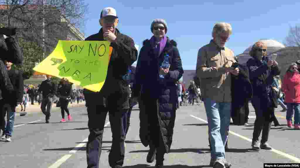 Des manifestants avec des pancartes indiquant: Dites non au NRA (National Rifle Association), le puissant lobby des armes, à Washington DC, 24 mars 2018.