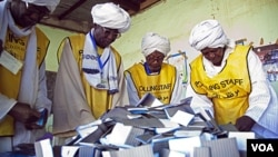 Para petugas Komisi Referendum di Sudan selatan saat melakukan penghitungan akhir surat suara referendum.