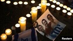Warga Israel mengenang 3 remaja yang hilang di Lapangan Rabin, Tel Aviv (30/6).